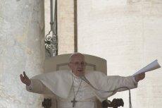 """Papież Franciszek zmaga się z """"silnym przeziębieniem""""."""