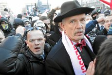 Janusz Korwin-Mikke wśród swoich zwolenników podczas Marszu Niepodległości w Warszawie.
