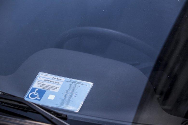 Tak wygląda karta parkingowa dla niepełnosprawnych.
