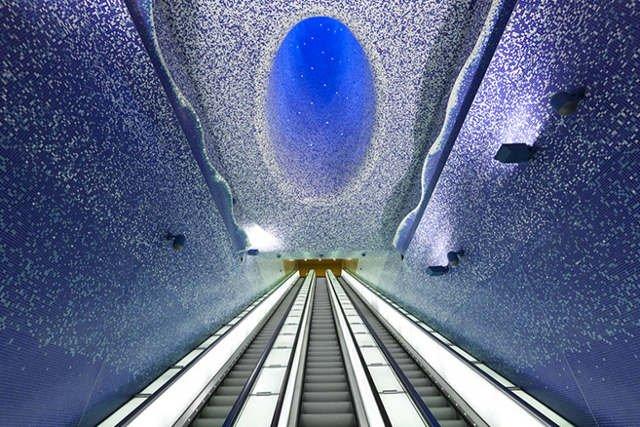 Wystrój stacji Toledo w Neapolu zdominowany został przez błękitne mozaiki