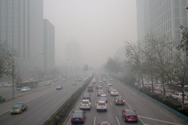 Przeciętny dzień w Pekinie. Mieszkańcy rozważają założenie ochronnej maski.