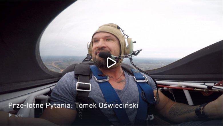 Tomasz Oświęcimski na pokładzie samolotu Edge 340