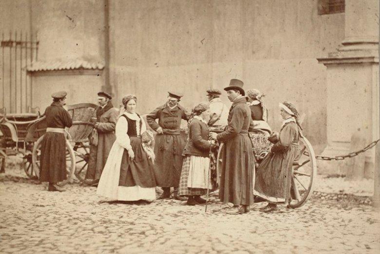 Grupa wieśniaków z Wilanowa przy kościele Wizytek. Warszawa, 1866 rok.