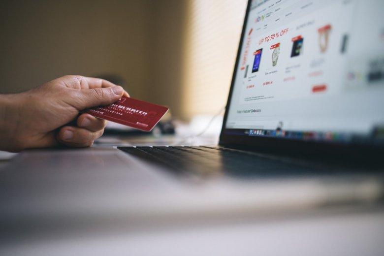 Już 54 proc. Polaków robi zakupy w sieci.