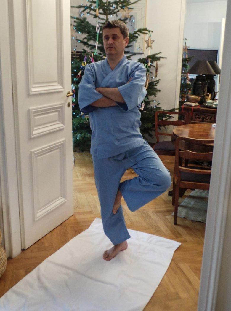 Janusz Palikot podczas ćwiczeń jogi