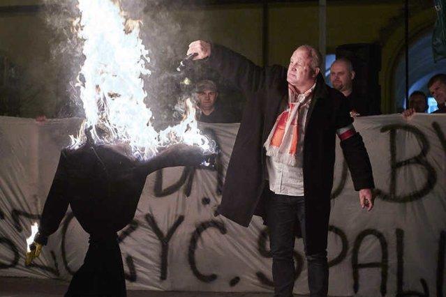 Piotr Rybak palący kukłę Żyda na wrocławskim rynku.