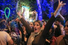 Irańczycy cieszyli się na ulicach Teheranu.