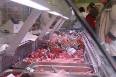 W niektórych miejscach ekspedientki obchodzą się z mięsem w obrzydliwy sposób.