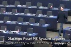 Europoseł Marek Plura (PO) opublikował filmik pokazujący, jak Ryszard Legutko (PiS) opuszcza salę obrad Parlamentu Europejskiego podczas debaty o łamaniu zasad demokracji przez rząd Prawa i Sprawiedliwości.
