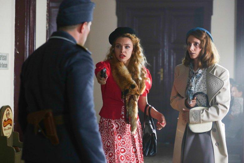 Jedna z najbardziej kuriozalnych scen pierwszego odcinka - waleczne dziewczyny obezwładniają niemieckiego żołnierza.