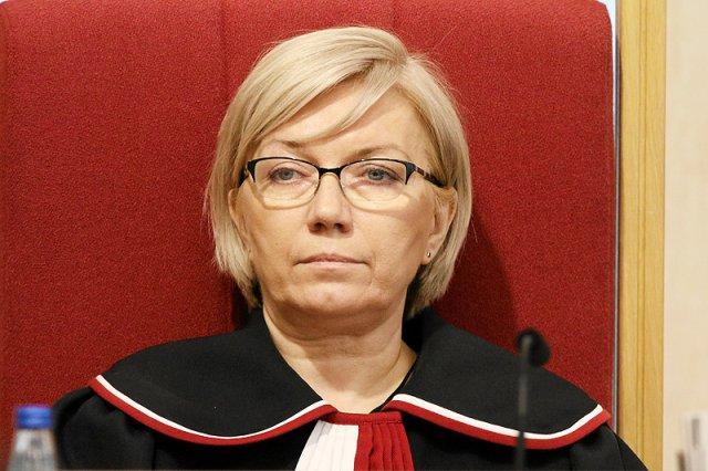 Na kierującą Trybunałem Konstytucyjnym Julię Przyłębską spadłą fala krytyki za to, jak zachowywała się na czwartkowej konferencji prasowej.