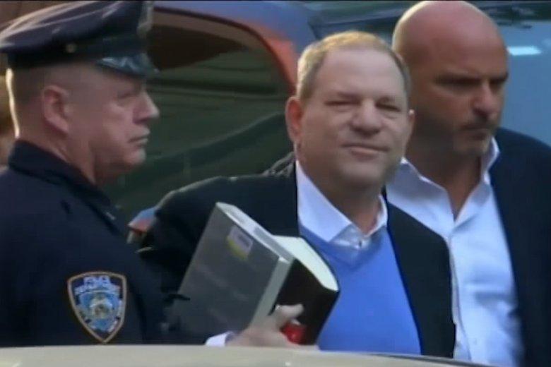 Harvey Weinstein trafił w ręce policji. Zabrał ze sobą trzy książki, w tym biografię reżysera Elii Kazana.