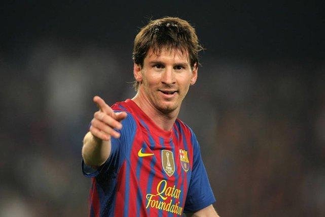Lionel Messi ćwiczy ze swoim psem podczas wypoczynku.