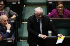 Jarosław Kaczyński wręczył dziś podczas obrad Sejmu tajemniczą kartkę premierowi Morawieckiemu.
