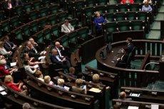 Tak wyglądała sala sejmowa podczas nocnej debaty o referendum nad reformą edukacji.