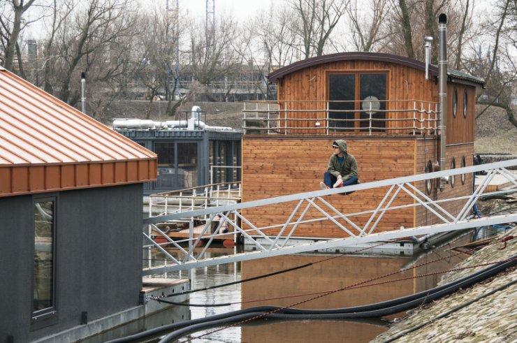 Dom na wodzie - jeden z deweloperów oferuje pływające domy - na barce.