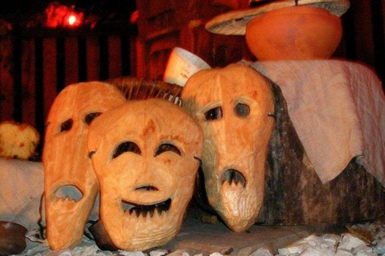 Maski (kraboszki) symbolizujące duchy zmarłych.