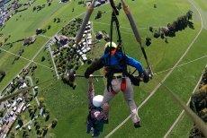 Mężczyzna przez kilka minut wisiał kilkadziesiąt metrów nad ziemią próbując nie spaść w dół.