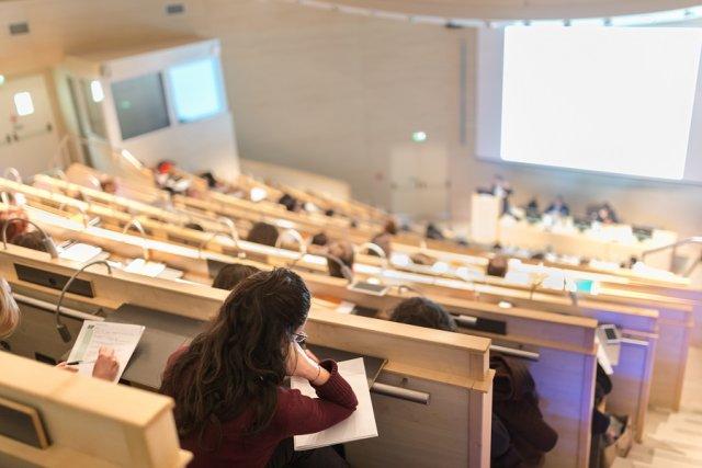 Specjalistyczne egzaminy przekrojowe zamiast tradycyjnych prac dyplomowych na studiach.