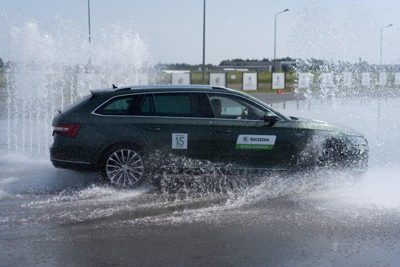 Ćwiczenia na torze Skody pod Poznaniem pozwoliły odkryć, gdzie jest granica bezpieczeństwa w nowoczesnych samochodach.