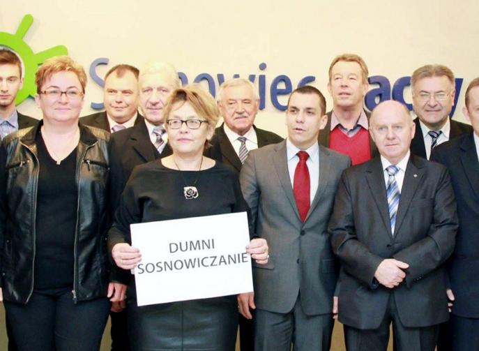 """Radni z Sosnowca zapozowali z kartką """"Dumni sosnowiczanie""""."""