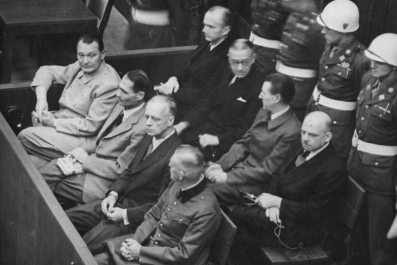 Ława oskarżonych w Norymberdze. Od lewej w pierwszym rzędzie: Goering, Hess, Ribbentrop, Keitel, w drugim rzędzie: Doenitz, Raeder, Schirach, Sauckel.