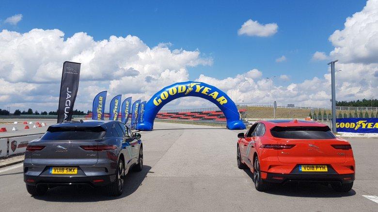 Gdzie można sprawdzić właściwości jezdne samochodu, którego napędza 400 koni? Najlepiej na torze wyścigowym.