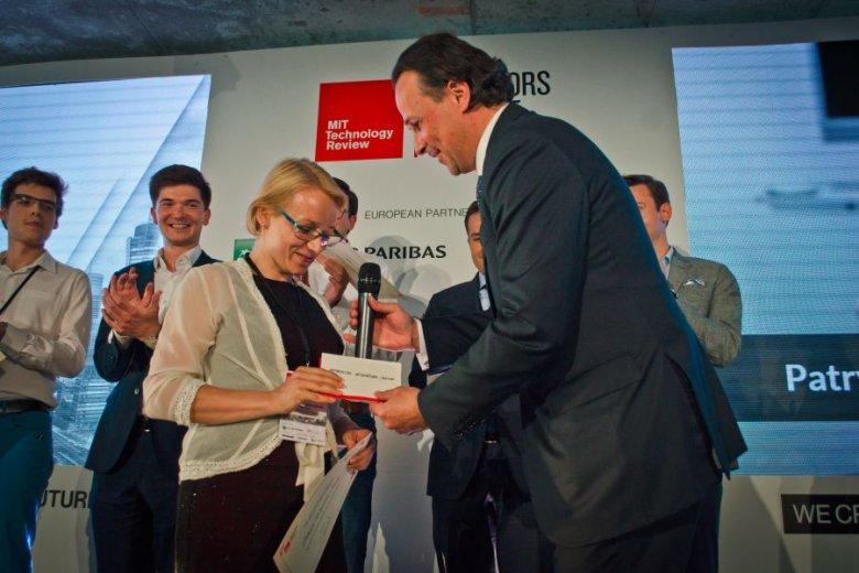 Patrycja Wizińska-Socha odbiera nagrodę od prezesa BNP Paribas Polska