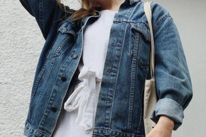 Kurtka jeansowa w połączeniu z dziewczęcą sukienką to strzał w dziesiątkę
