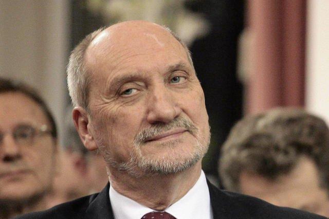Macierewicz obiecał zbadać doniesienia o nielegalnych testach na Polakach.