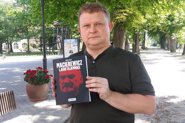 Dziennikarz Tomasz Piątek ze swoją książką o Antonim Macierewiczu.
