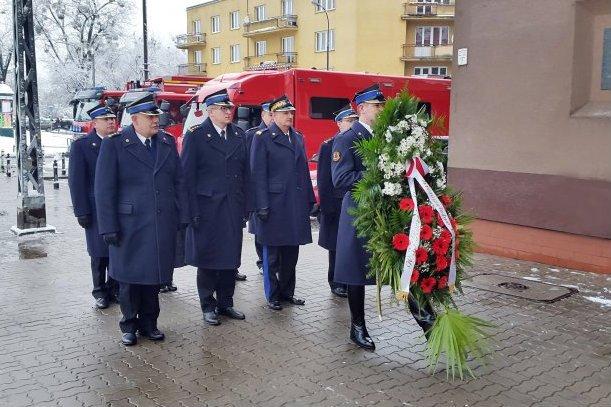 Komendant główny straży pożarnej gen. Leszek Suski, trzeci od lewej. W tle hula wiatr.