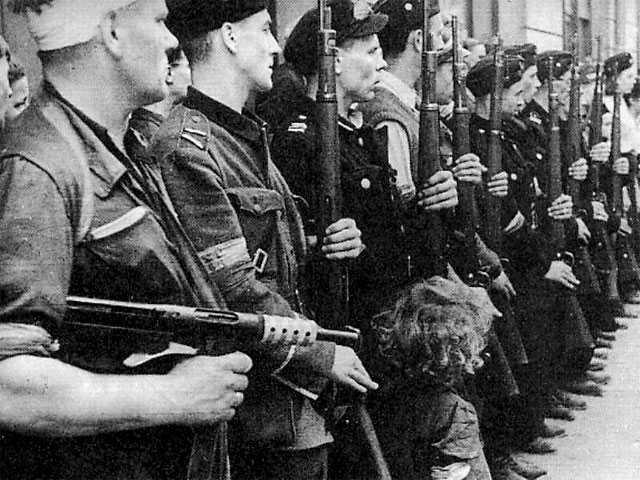 Powstańcy podczas pogrzebu jednego z żołnierzy, początek sierpnia 1944 r.