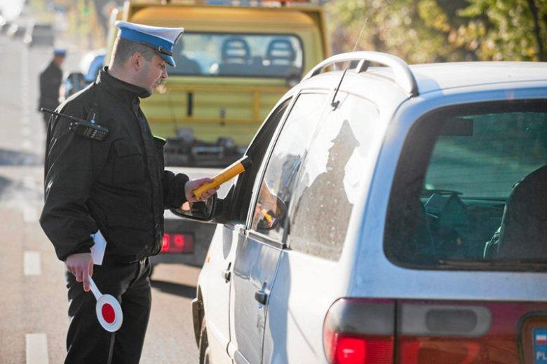 """Dla niektórych spełnienie polecenia """"Prawo jazdy i dowód rejestracyjny, proszę"""" to problem. Ogromna liczba więcej kierowców jeździ bez uprawnień."""