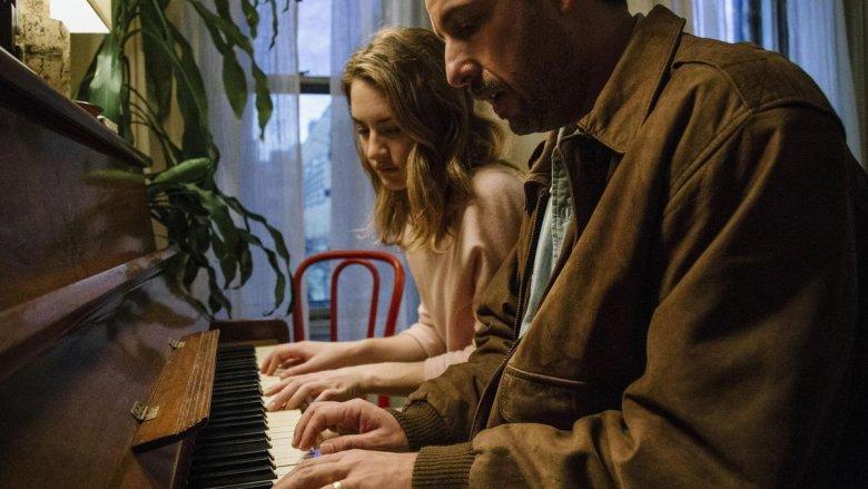 Wiedzieliście, że Adam Sandler potrafi śpiewać i grać  na pianinie?