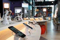Smart store'y to interaktywne salony sprzedaży, gdzie klienci operatorów telekomunikacyjnych mogą załatwić wiele spraw z pomocą lub bez konsultanta