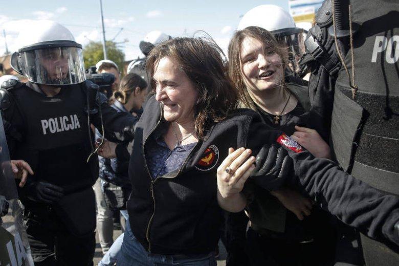 Radna PiS Anna Kołakowska usuwana z ulicy przez policję podczas gdańskiej parady równości