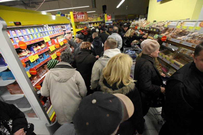 Typowy obrazek z polskiego sklepu dzieńprzed świętem.