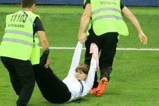Na zdjęciu Olga Paktuszowa wynoszona przez ochronę na moskiewskim stadionie Łużniki.