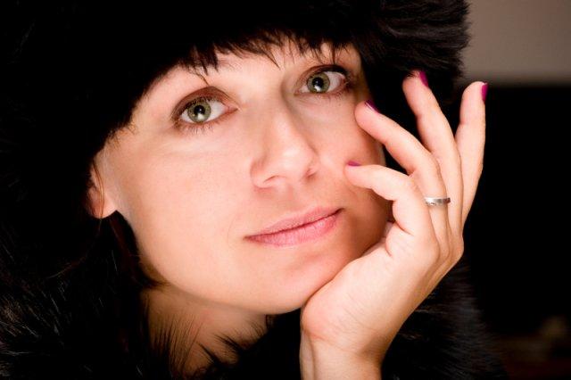 """Sylwia Kubryńska sama kiedyś pracowała w urzędzie, sama jadła serniczki i biegała za burmistrzem. Teraz własne doświadczenia opisuje w książce """"Biurwa""""."""