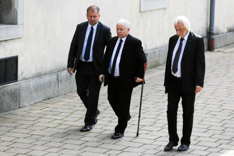 """""""Super Express"""": Kaczyński będzie chodzić o kulach, przed nim dwie operacje."""