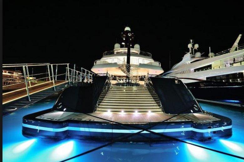 """""""Phoenix 2"""", jacht należący do Sebastiana Kulczyka, który odziedziczył go po swoim ojcu. Tygodniowy koszt wynajęcia go na własne potrzeby wynosi ok. 800-850 tys. euro plus koszty bieżące."""