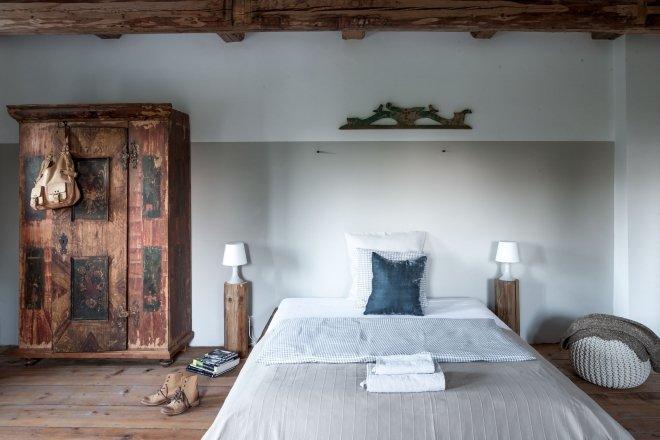 Białe, przestronne pokoje, minimalizm, a jednak z duszą, bo w pokojach znajdzie się niejeden antyk.