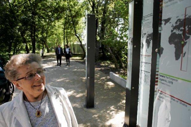Alicja Kapuścińska przy planszach, na których na mapie zaznaczano miejsca, które odwiedził jej mąż