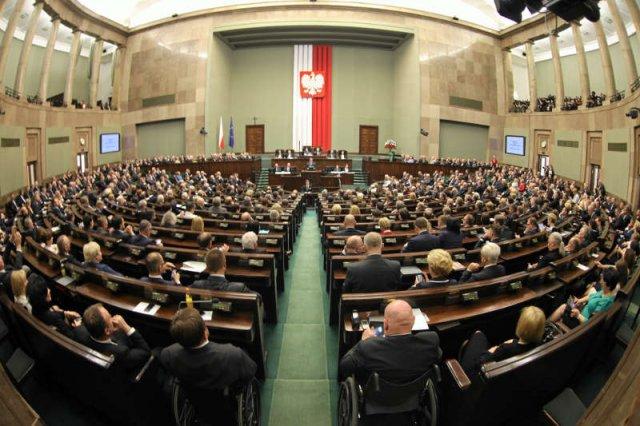 W najnowszym sondażu CBOS PO wyprzedza PiS o 8 punktów procentowych, a do Sejmu wchodzi Janusz Korwin-Mikke