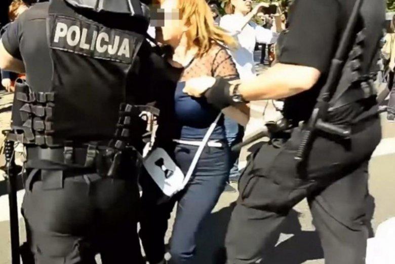 Policjanci usunęli Annę. Kobieta ma złamaną rękę.