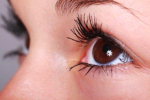 Dzięki przeszczepieniu komórek macierzystych rąbka rogówki, osoby z poparzeniami oczu odzyskują wzrok.