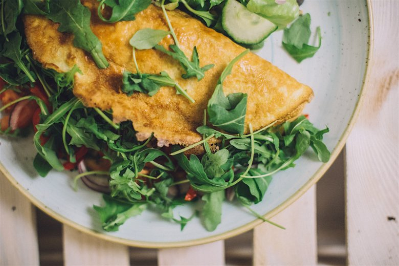 Omlet z warzywami, w tym z rukolą