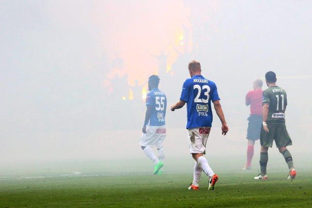 Momentami na stadionie było siwo od dymu z rac
