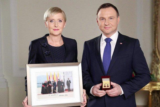 """Pierwsza dama znów """"wygrywa internety""""? Sprezentowała WOŚP zdjęcie, które rozbawiło Polaków."""